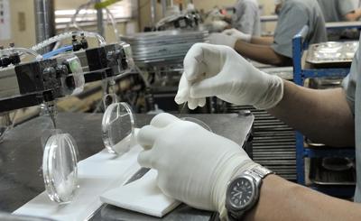 プラスチックレンズを作っているのは現代の職人たち。